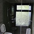 浴室也有大面窗,可惜沒有浴缸