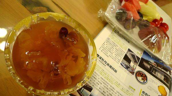 白木耳桂圓湯跟水果