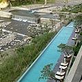 戶外的無邊際泳池