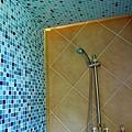 共用的浴室貼滿藍色馬賽克很好看