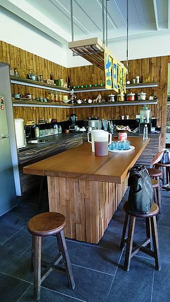 餐廳有個大木桌,很適合一群人在這邊聊天