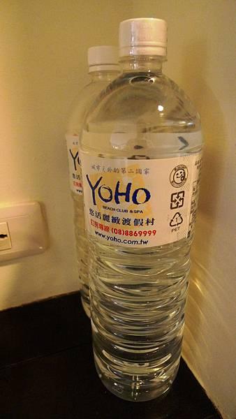 房間附贈兩瓶很大瓶的水