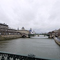 右邊的Pont-Notre-Dame橋