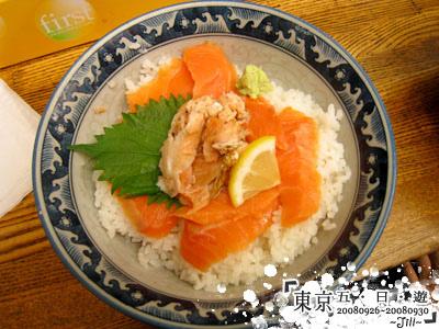 龍大爺的鮭魚飯,有生的和熟的,後來想想應該要點鐵火丼才對XD