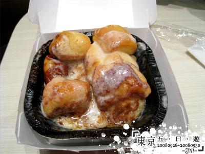 在機場肚子好餓,買了麥當勞的肉桂麵包來吃,超甜= =