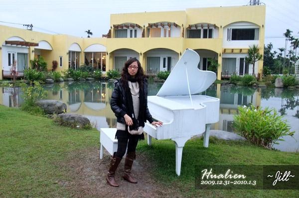 很有氣質的假鋼琴~後面是生態湖,