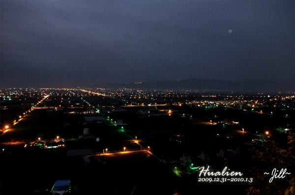 美美夜景~往下望馬路和田地整個超整齊的喔!