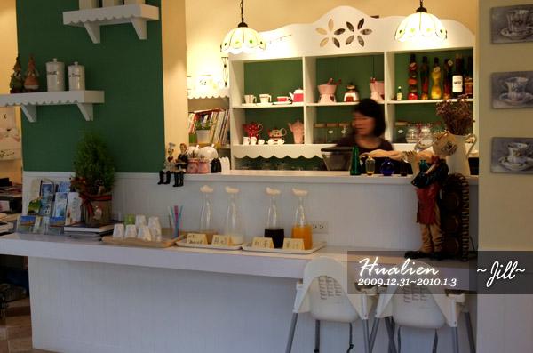 老闆娘在廚房忙著準備~吧檯的小桌擺著飲料可以自行取用