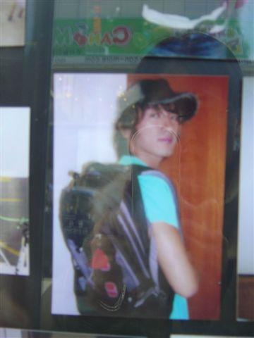 服飾店外的小照片 M