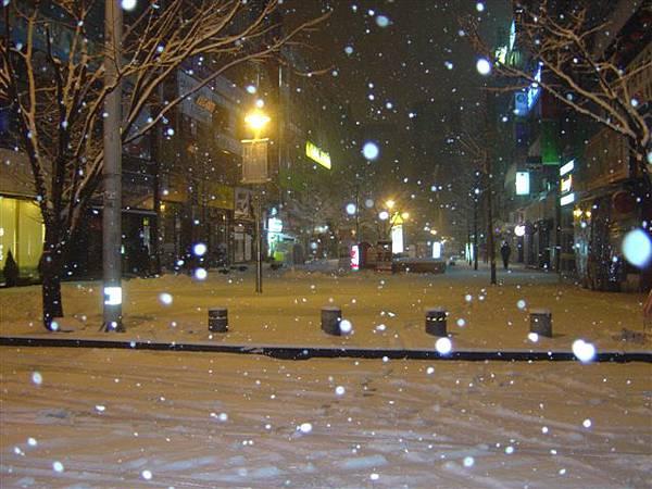 凌晨六點去排隊...還下雪...
