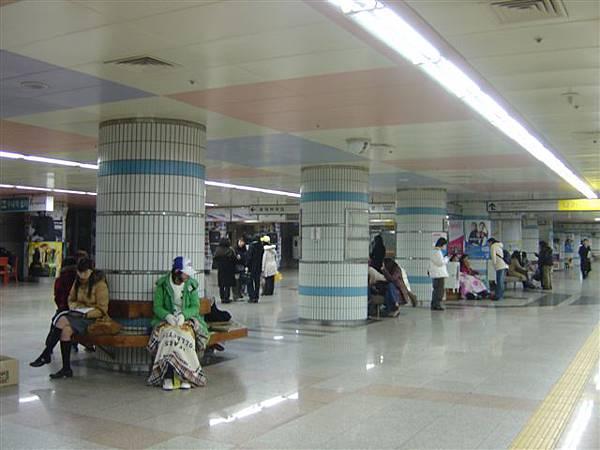 地鐵站內很早到的歌迷們