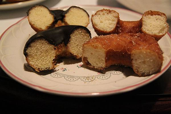 左邊蛋糕  右邊麵包,組織與口感都不同喔