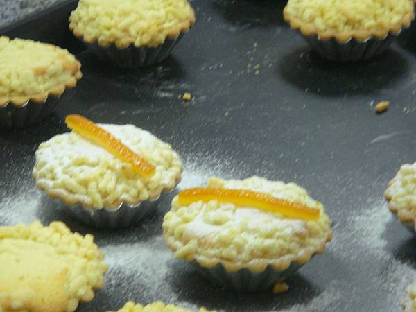 用糖粉和橘皮裝飾