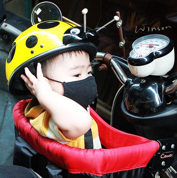 2010-0701小寶安全帽.JPG