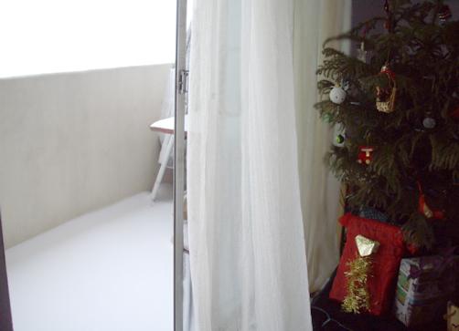 陽台積滿了雪
