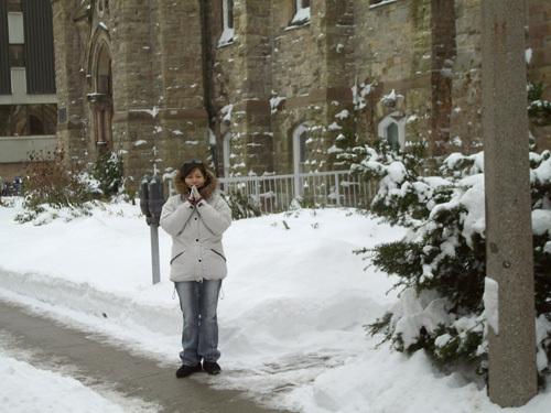 附近的教堂雪景
