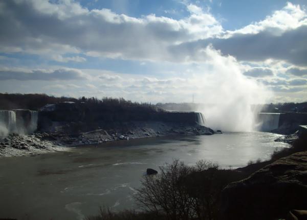 從美國瀑布看過去加拿大瀑布