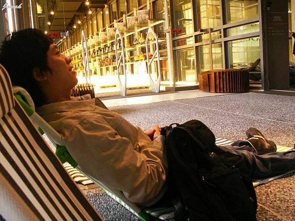 大丙還悠閒的坐在躺椅上