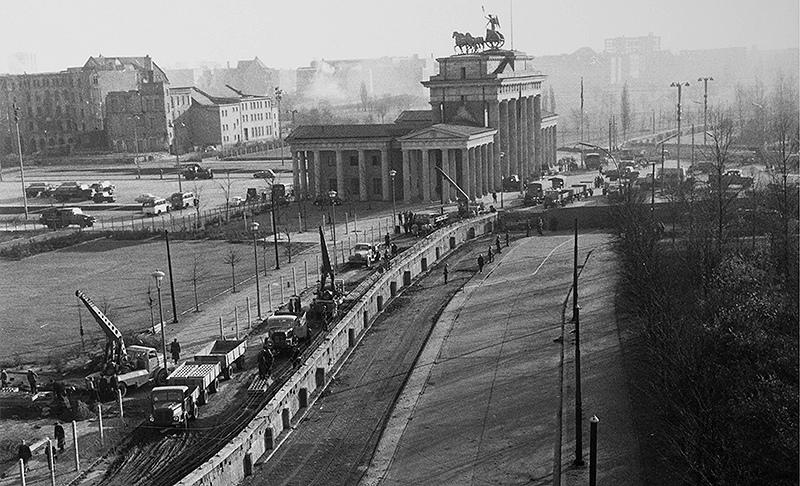 Berlin_Mauerbau_Reichstag_800px