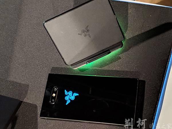 Razer-phone2-與充電座.jpg
