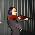 我說這位小姐~槍不是這樣拿的!