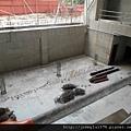 [竹北] 達麗建設「世界之窗」結構體初探:隔震層 2011-09-09 022.jpg