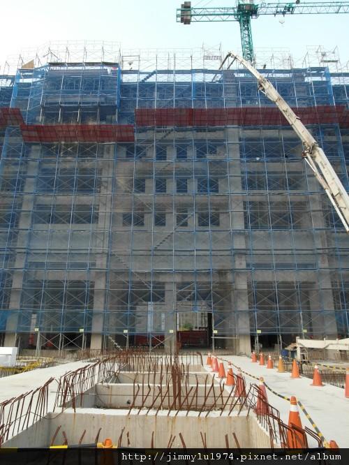 [竹北] 達麗建設「世界之窗」結構體初探:隔震層 2011-09-09 029.jpg