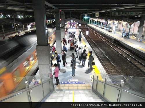 01竹南火車站是山海線交會大站,到新竹市中心約僅14分鐘起。