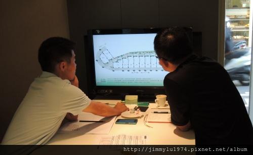 [新竹] 嘉定建設「花見水賦」總經理邱慶文(左)介紹本案規劃設計2012-10-03