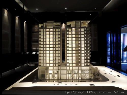 [青埔高鐵] 盛亞建設「富宇東方悅」(大樓)銷售團隊與建物模型 2013-07-25 005.jpg