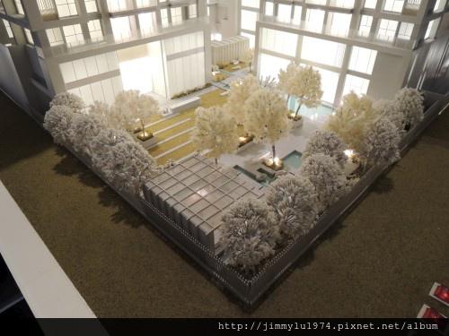 [青埔高鐵] 盛亞建設「富宇東方悅」(大樓)銷售團隊與建物模型 2013-07-25 007.jpg