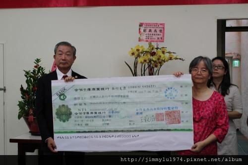 日本扶輪社代表Sugiura主委致贈贊助款