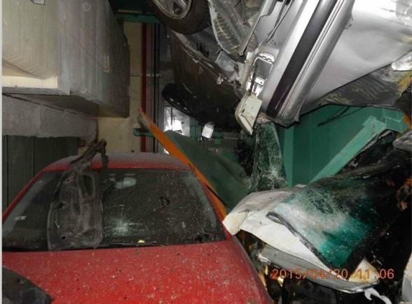 圖為地震後汽車塔的汽車被震塌,壓垮其它車輛。照片來源台北市消防局