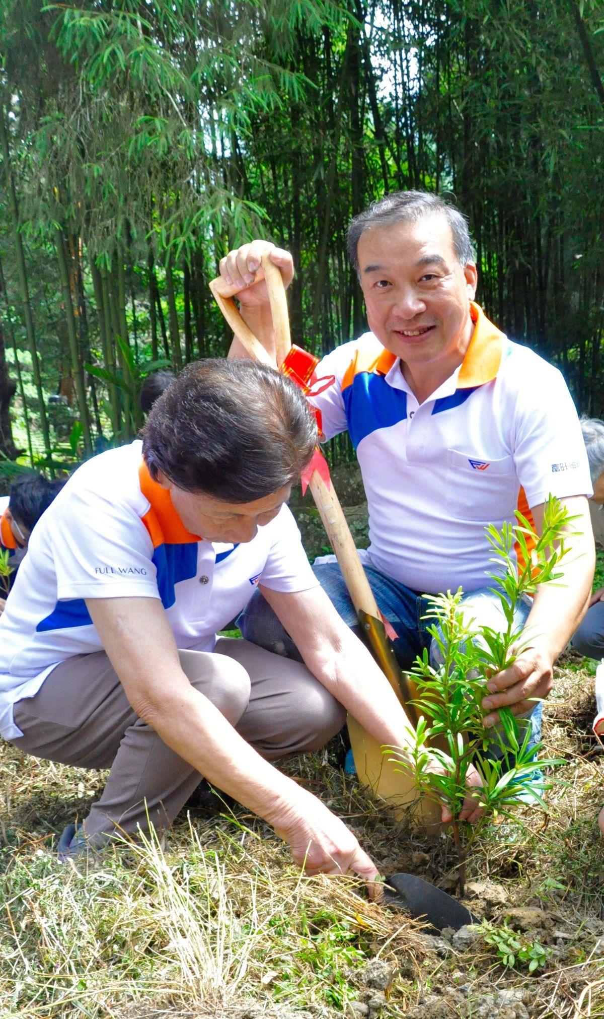 [新聞活動] 富旺國際贊助造林計畫2015-05-17 003 林正雄與母親共同種下友善環境的種子.jpg