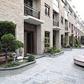 雄基建設「鉑金官邸」32社區中庭B區.JPG