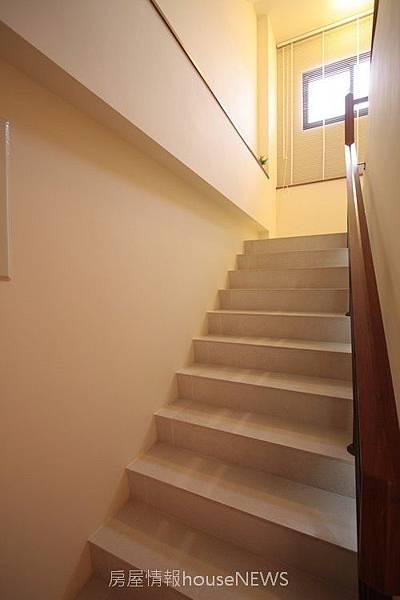 雄基建設「心築」34樓梯.JPG