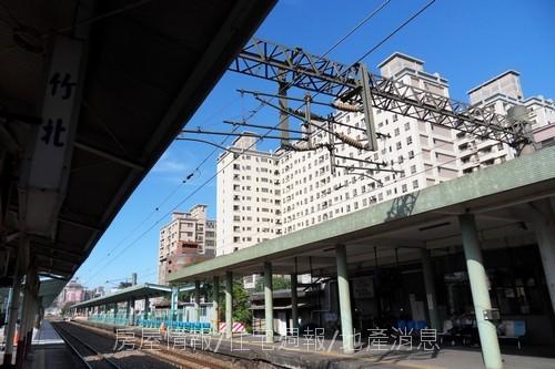 竹北建築之旅11:從竹北火車站仰望站前威力.JPG