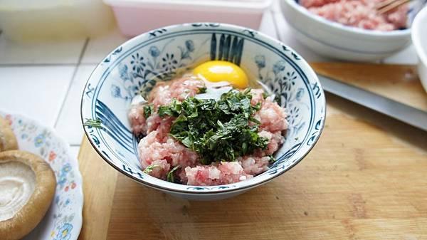 04拿一半的肉打個蛋,蛋白留一點給蝦鬆用.jpg