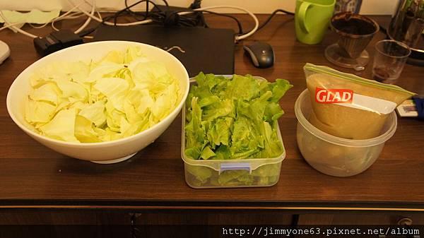 32沒吃光的青菜跟丸子湯分派給我處理.jpg