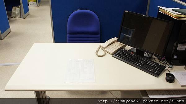 01周五清空的桌面.jpg