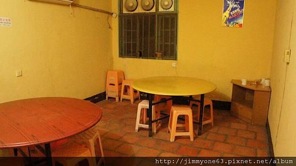 21期食用餐的房間很簡陋.jpg