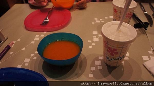 11陶板屋還不錯,為小人上了番茄濃湯還有開水(有吸管,超貼心).jpg