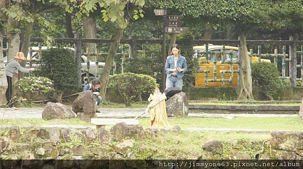 46公園一角有人在幫布袋戲偶拍照