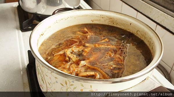 06加入醬油、味醂跟米酒,把筍干放下去再滷30 分鐘