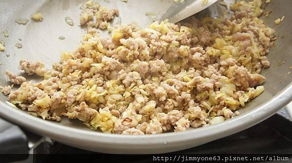 07高麗菜炒軟後加絞肉炒熟