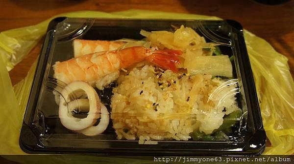 20我們吃不完的熟海鮮丼跟壽司,服務小姐打包的好用心
