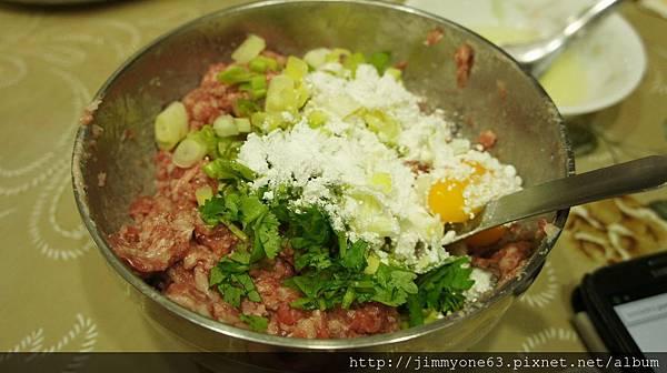 19加入蛋黃樹薯粉香菜跟蔥花