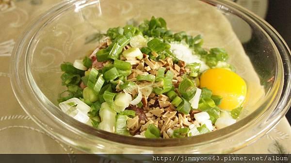 03蔥花、雞蛋、調味料跟豆干一起跟肉攪拌