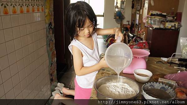 07粉嫩三廚幫忙加水.jpg