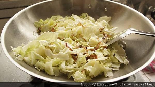 06高麗菜跟木耳下鍋炒加水.jpg